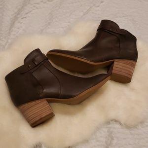 Nwot baretraps 11 wood heel booties